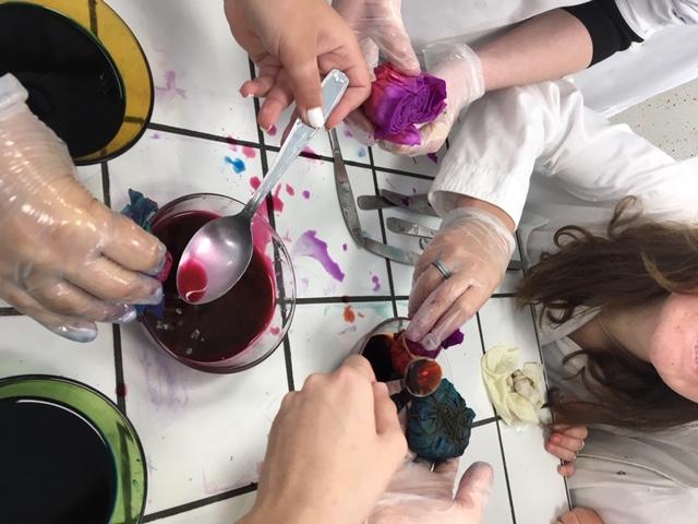 exercice de teinture en atelier pressing en classe de Tle DTMS